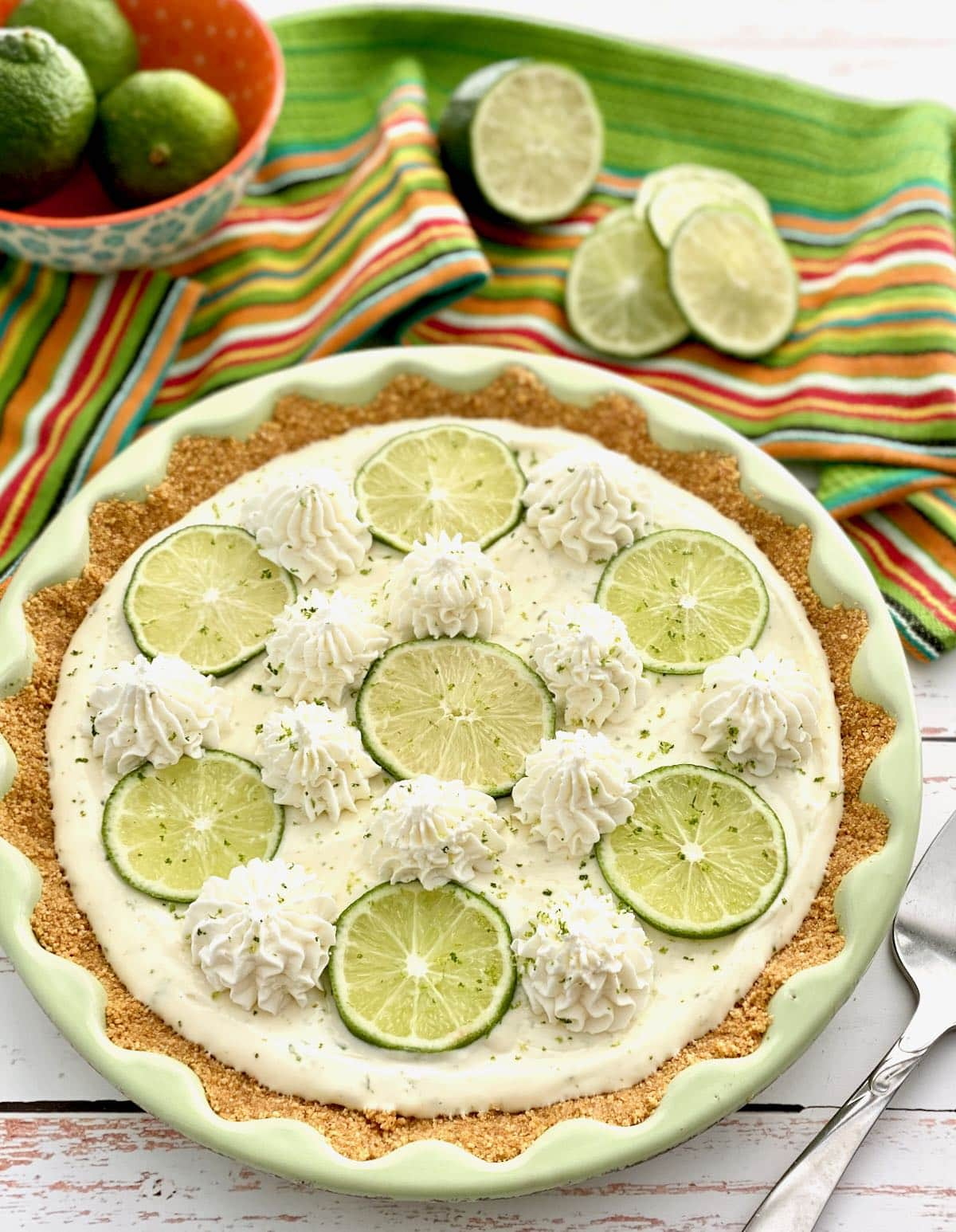 no bake key lime pie with green towel and limes.